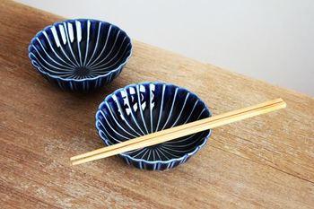 【美濃焼】ぎやまん4寸鉢 茄子紺(青)  つややかで落ち着いた青が素敵な美濃焼のうつわ。ガラスのようにきらめく質感と深みのあるシックな青は、お料理を鮮やかに引き立ててくれます。茄子紺(青)の他に2色あり、どれも落ち着きのある素敵な色合いです。