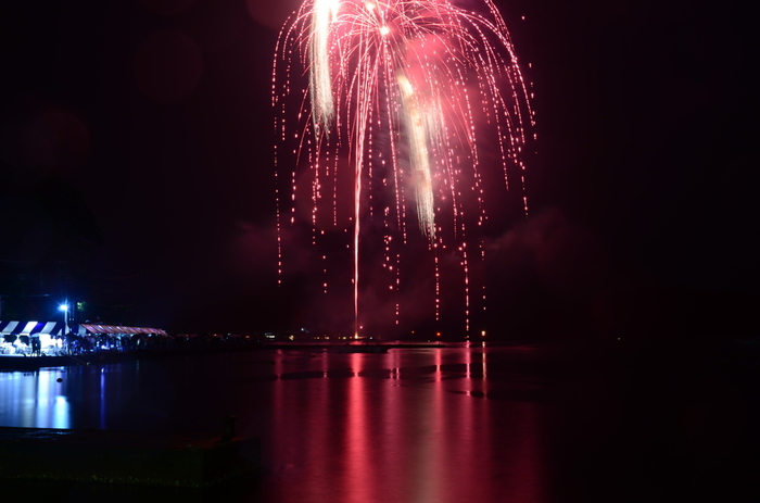 夏といえば、花火です。伊根の舟屋での花火大会はこんなにも美しい光景を視ることができます。次の花火大会はぜひ日程をチェックして出かけたいですね。