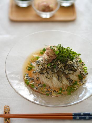黒ごまを水で溶いた薄力粉にまぜ、サッと揚げれば香ばしい揚げ玉に。麺つゆだけのシンプルな素麺ですが、一口ごとにごまの香ばしさを楽しめる一品です。