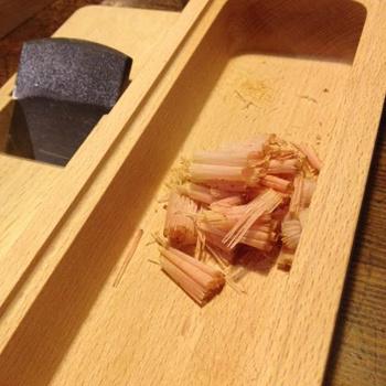 削り始めは粉っぽくなりますが、続ける内に薄くて綺麗な鰹節が削れます。