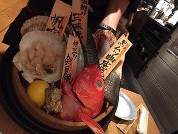 ■和食エリア 日本酒を楽しむ大人なエリア。 本日のお魚をテーブルに持って来て説明してくれます。お刺身や炭火焼きにしたりと、季節の肴をじっくり味わい尽くします。