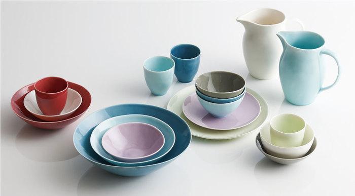【atelier tete(アトリエ テテ)】Dune  日本の伝統的な窯元で作られるatelier tete(アトリエ テテ)のうつわ。職人の手仕事で作られるやわらかなフォルムと、みずみずしさを感じさせるカラーは、他にはない魅力。シリーズで揃えて、テーブルにたくさん並べたり、重ねて使ってみたり、食卓の上品なアクセントにもなりますね。