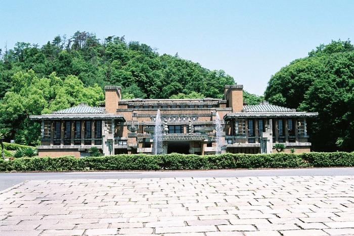20世紀建築界の巨匠であるアメリカの建築家フランク・ロイド・ライト氏が設計した「帝国ホテル」。 建設されたのは大正12年(1923年)。その、東京にあった帝国ホテルの中央玄関部が明治村に移築されました。