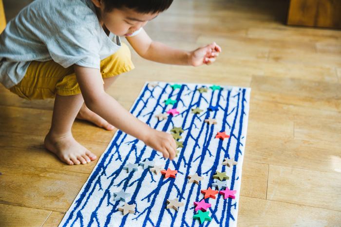 TWIGGYを使ってこんな遊びも。木の枝に積み木をぽんぽん。まるで七夕飾りのようですね。子どもならではの発想で、新しいタオルの楽しみが広がります。