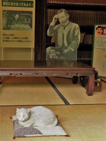 さらに明治36年から同39年までは、夏目漱石が借りて住んでおり「吾輩は猫である」や「坊ちゃん」「草枕」などの名作を発表しました。ちゃんと、猫の置物が鎮座していて「吾輩は猫である」ファンにとっては嬉しい写真スポットとなっています。