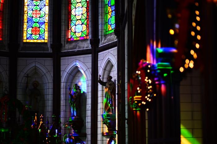 ステンドグラスの光が美しい内部もぜひ見学してくださいね。