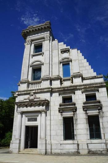ルネッサンス様式を基調とした川崎銀行本店は、関東大震災以前の大正10年から6年間の工期を費やし完成しました。正面左側角の外壁部のみですが、とても凝った造りなのが分かります。