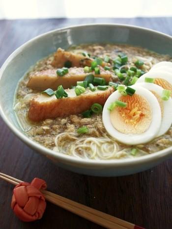 中国やインドから食文化の影響を受けている、ミャンマー人の一般的な朝食「モヒンガー」を素麺でアレンジ。川魚の代わりにサバ缶を、アヒルの玉子の代わりにゆで卵で。身近な素材で簡単に作れるレシピをお試しください♪