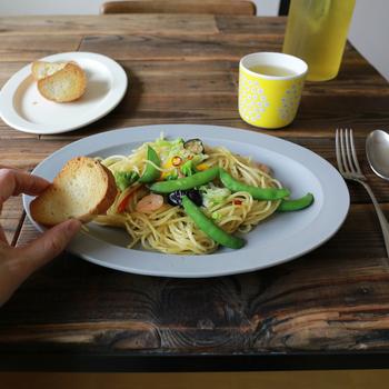 【SAKUZAN(サクザン)】  岐阜県の工房で造られる美濃焼「SAKUZAN(サクザン)」。澄んだ空色みたいな爽やかな青いうつわ。肌触りの良いマットな質感で、シンプルだけどとっても美しいうつわです。大きさの違ううつわを重ねて使っても楽しめます。お料理を盛り付けるのも楽しくなりそう。
