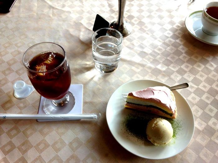 「観る」の冒頭で紹介した帝国ホテル内の喫茶室で優雅に午後のティータイムはいかがですか?