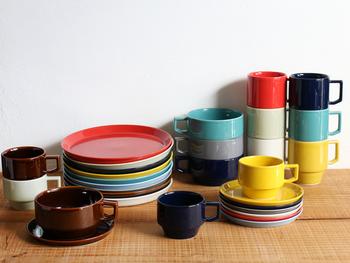 【HASAMI(ハサミ)】  長崎県波佐見町で作られるお洒落でモダンな、HASAMI(ハサミ)のうつわ。日常使いの出来るお洒落なうつわは、ちょっぴりレトロな印象です。日本で昔から愛されてきた朱色のような深みのある赤など、とっても落ち着く色合いで、テーブルを明るく気持ちを盛り上げてくれそう。