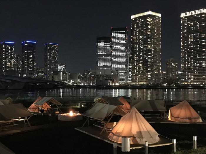 海に面したパーティにもおすすめのシーサイドエリア(デッキエリア)では、夜は目の前に広がる東京湾、そして都会のビル群の夜景を満喫できます。都会の真ん中とは思えないオアシスのようなロケーションが、より非日常空間を感じさせてくれます。
