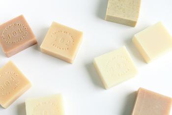 ・マルセイユ石鹸 -赤ちゃんから大人まで使えるもっともシンプルな石鹸 ・ラベンダー石鹸 -センシティブなお肌の時には、穏やかな香りに癒されて ・ヤギのミルク石鹸 -クリームのような泡立ち。お肌をしっとりさせたいときに ・白樺石鹸 -シアバター配合。シトラスハーブの香り ・豆乳アズキ石鹸 -Savon de Siesta人気No.1のアズキ石鹸に、保湿成分として豆乳とシアバターを加えています ・シエスタベビー石鹸 -ハワイ産のククイナッツオイルを配合。赤ちゃんのお肌のことを考えて作られました
