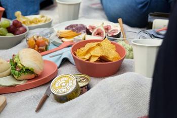 【KINTO(キントー)】ALFRESCO (アルフレスコ)  ちょっぴり男前な印象の「KINTO(キントー)」のうつわ。ぽってり厚みと程よい重さがあるので、外での食事も楽しめる安心な使い心地です。落ち着いたトーンの赤は、テーブルの可愛らしいアクセントに。