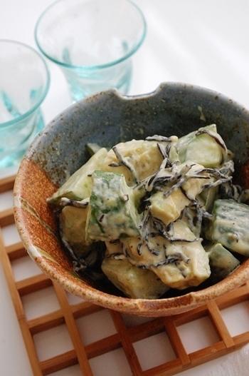 栄養豊富なアボカドに、ミネラルたっぷりのひじきと食感が楽しいきゅうりを和え物に。味噌を混ぜたコクのあるマヨネーズが、全体の味をまとめてご飯が進みます。