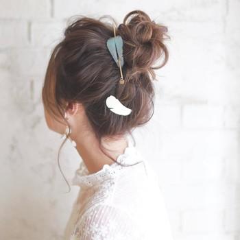 ロングさんの定番は、やっぱりお団子スタイル。高めの位置で髪を結んだら、くるくると毛先を丸めてピンで留めるだけ。くずれやすい部分をアクセサリーで留めれば、かわいさアップ&ヘアくずれも防げますね。
