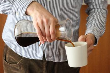 作り方は簡単。ケメックスの下部に氷を入れ、いつもの倍の量の珈琲豆を挽いたら、あとはいつもと同じ要領でコーヒーを淹れるだけです。粉の量はお好みで加減してくださいね。