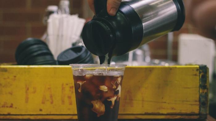 ウォータードリップでゆっくりと抽出するアイスコーヒーから、アレンジレシピまでご紹介しました。この夏はすっきりと味わい深いアイスコーヒーで優雅なひと時を楽んでみませんか?