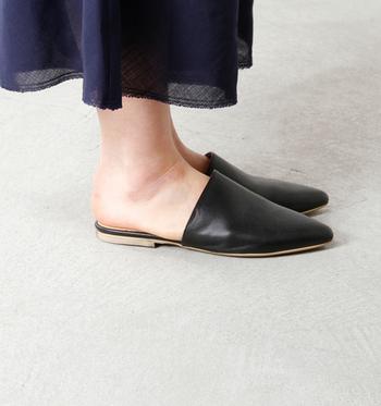 去年から引き続きトレンドの「バブーシュサンダル」。深めのアッパーが特徴で、シンプルで上品な佇まいが魅力です。フラットタイプなので着脱も楽チンで、歩きやすいのも嬉しいポイント。