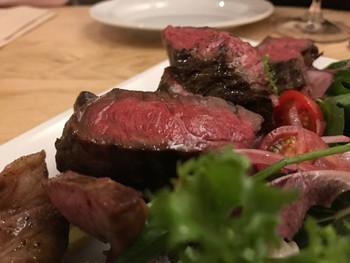 看板メニューは和牛の炭火焼きで、その時手に入る良質な肉を絶妙な焼き加減で提供してくれます。 こちらは、米沢牛ランプの炭火焼きと、江別産マイアーレネロ(黒豚)の炭火焼きです。