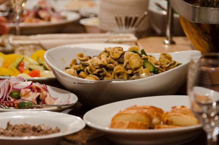 吟味されたワインに合わせて、食材にこだわったカジュアルなイタリア料理を楽しめます。夜はアラカルトで好きな物を好きなだけ頂き、土・日・祝のランチ営業も人気です。