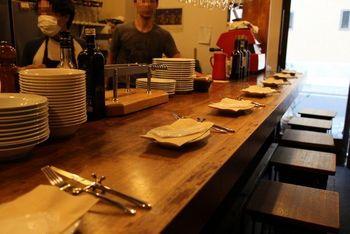 シェフが修行したのは北イタリアの街オージオ・ソットから名付けた「OSTERIA Osio Sotto(オステリア オージオ ソット)」。カウンター8席と奥に4人テーブルが2つの小さなお店で人気店のため、週末は予約がおすすめです。