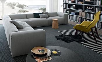 部屋の角に沿ってL字型に置けるソファです。  通常のソファだと、どうしても角にデッドスペースができたり、角の部分だけ座りにくい状態になってしまったりするのですが、コーナー部分も快適に座れるよう、計算されて作られています。
