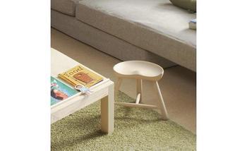 「背もたれやひじ掛けがない、座面だけの椅子」を指します。 持ち運びしやすく、省スペースに簡易的に置くことができるので、屋外や作業をする部屋に置かれることも多い家具です。