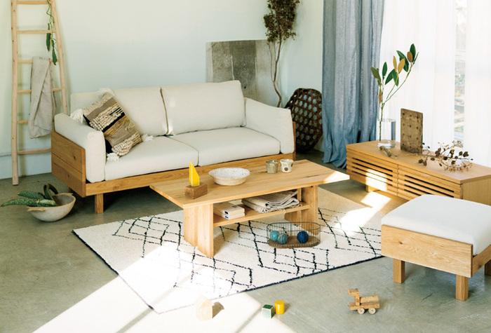 基本的には、1人掛けの椅子とセットで使う足を乗せるための椅子です。背もたれがないので、スツールと同じ用途として使うこともできます。 一時的な「物を置く場所」や「簡易なテーブル」として使用することもできるので、重宝するアイテム。部屋のスペースに余裕があれば、持っていると便利な家具です。