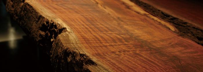 無垢材は、純粋な一つの材料でできている木材のこと。「正物(しょうもの)」とも呼ばれています。 自然の素材なので割れやひびなどが入ることもありますが、 内装材として使用すると、木の肌触りや香りが楽しめるのが最大の魅力です。
