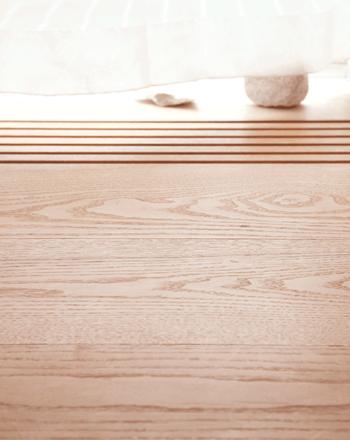 白木は、塗料を塗らない、木地のままの材のことを指します。皮をむいたそのままの状態なので、一つ一つ異なる色合いが魅力です。 また、着色せずにクリア塗装をかけたものを白木調と言います。