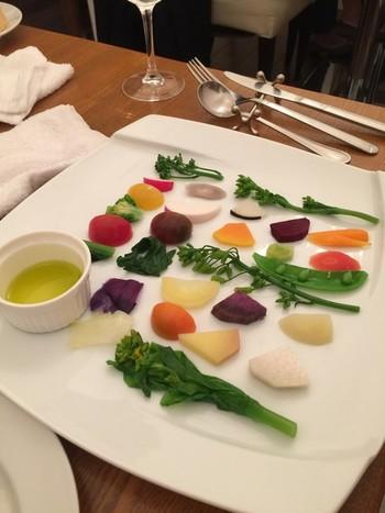 季節の様々な藤沢野菜のサラダは、一口サイズの野菜がキレイに並べられ、野菜本来の味を楽しめる一皿。ランチの前菜に提供されることも。