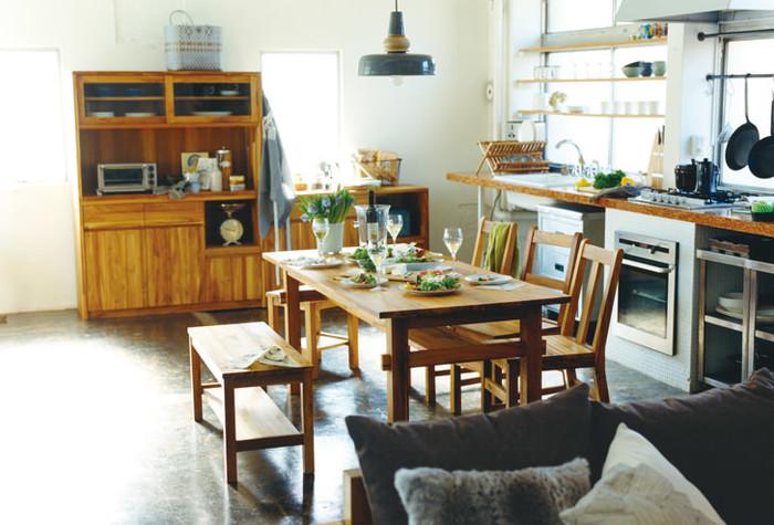 主に食事用に使われる大きなテーブルの呼び名です。いわゆる「食卓」のことですね。 インテリアショップなどでは、ダイニングセットとして椅子とセットにして販売されているものも多いです。一般的な高さの目安は、65~70㎝ぐらいとされています。