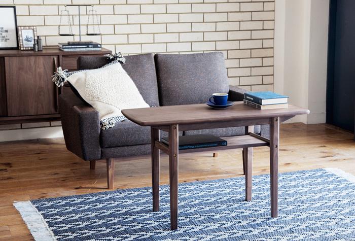 ダイニングテーブルよりもコンパクトなテーブルです。高さはダイニングテーブルとほぼ変わりませんが、サイズが小さいので、一人暮らし用のダイニングテーブルとして使うこともできます。