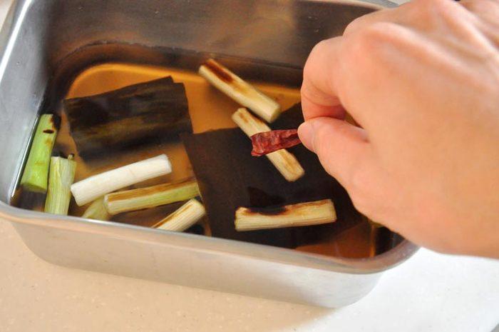 南蛮漬けの味の決め手となる「南蛮酢」。ここは適当ではなく、きちんと良い加減の味を覚えておくことが大事です。火を通した具材が熱いうちに南蛮酢に漬け込んだほうが、味がよく沁みておいしく仕上がるので、お魚やお肉を焼いたり揚げたりする前に用意しておくようにしましょう。南蛮酢に、焼きネギや鷹の爪を加えると風味が豊かになるのでおすすめです。