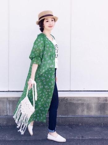 ジーンズとTシャツの定番コーデも、グリーンが爽やかな小花柄の前開きワンピで元気よく。小花柄のガウンが女性らしさを忘れないコーディネートにしてくれています。