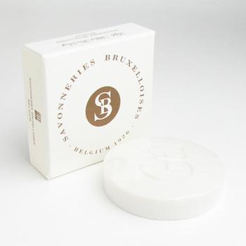 ベルキーで伝統的な製法で石けんを作り続ける「サボネリーズ・ブリュッセル」。アーモンドオイル配合のホワイト石けんは、甘いムスク、オーディコロンのような香りです。