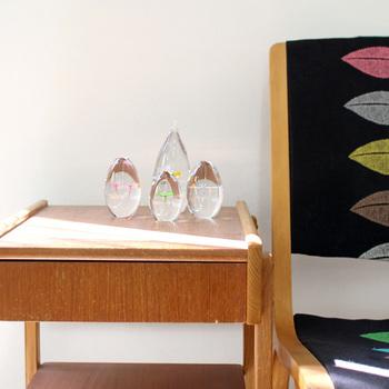 iino naho (イイノナホ)さんのペーパーウェイトはひとつひとつがハンドメイド。自然光に溶け込むガラスの中には、幸せの象徴クローバーが浮かんでいます。
