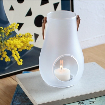 HOLMEGAARD (ホルムガード)のガラス製ランタン。乳白色のフロストガラスと持ち手部分の革がやさしい雰囲気。キャンドルのほかに、グリーンを飾るのもおすすめです。日中はグリーンやお花を飾り、夜になったらキャンドルを灯すという使い方もいいですね。