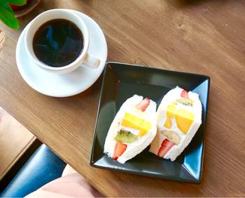 代官山にある「珈琲日記」のフルーツサンドは、甘すぎずなめらかなクリームと、新鮮なフルーツが織りなす絶妙な優しさ。自家焙煎の美味しいコーヒーと共に頂きたい珠玉の逸品です。