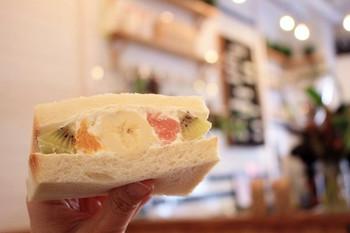 フルーツのナチュラルな甘さを優しく包んでくれるクリームと、柔らかい中にもしっかり存在感のある食パンに挟まれたフルーツサンドは絶品です。おひとり様2つまでの販売なので、ものすごく悩んでしまうと思いますが一度是非食べていただきたいフルーツサンドです。