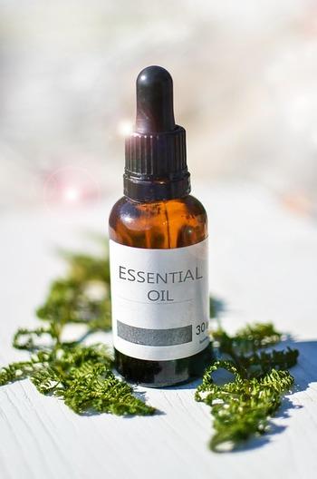 アロマオイルの魅力は天然由来であること。一本のエッセンシャルオイルを作るためにはたくさんの植物が使われます。抽出されたごくわずかのオイルには、それぞれの植物の成分が凝縮されています。今回は、そんなアロマオイルの中でも特に「夏」におすすめの香りをご紹介します。