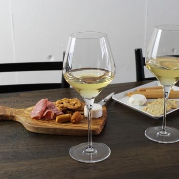 円熟を楽しむブルゴーニュ、樽香を楽しむシャルドネ…etc。ワインのタイプによって相性のいいグラスを使い分けて。贅沢なひとときを楽しめるオススメのアイテムです。