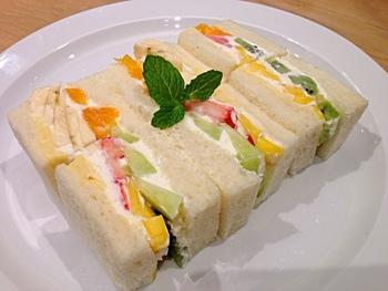 その食パンで作られたフルーツサンドがこちらです!フワフワでモッチリの食パンと、優しい甘さのクリームとフルーツはもうたまらない美味しさ!わざわざ足を延ばしてでも食べに行きたい逸品です。