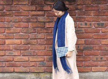 幅広な藍染めストール。シンプルな服にさっと羽織れば、濃い藍色がアクセントになります。夏には暑そうに見える首元のストールも、藍染めスカーフを纏えば涼し気な印象に。