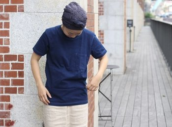 シンプルな藍染めのTシャツ。ボトムスは、オフホワイトの気持ちタイトなスカートがお洒落感を上げてくれそう。 Tシャツは厚手の生地で仕立てられているので、ボディラインを拾いすぎずに着られます。 何度も着ていくうちに淡い藍色に変わっていくのは藍染めならでは。着る度に愛着が増す一着になりそうです。