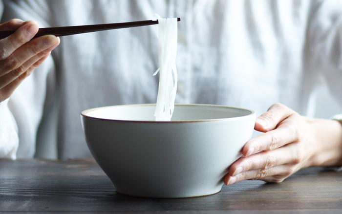 【波佐見焼(はさみやき)】REMIX DON  マットな質感と心地よい肌触りの波佐見焼のうつわ。ニュアンスのある白は、雰囲気があって素敵です。丼メニューやスープや麺類、サラダなど、いろいろな使い方が楽しめます。安定感のあるぽってりした形が可愛らしくて、カフェごはんを楽しんでいるような気持になりますよ。他に落ち着いた色合いが素敵な2色と、ポップでカラフルな柄ものが揃っているので、色違い、柄違いで揃える楽しみもありますね。