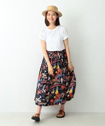 トップスや小物をシンプルに纏めて、ハワイアンのロングスカートを主役にした着こなし。