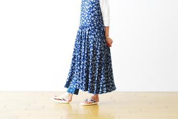 サクラ柄が女性らしさを上げるフェミニンな藍染めのワンピース。一枚で着ても存在感ある一着です。  中に白の七分袖、ワンピースの下にアンクル丈のデニムを合わせるのも素敵です。ワンピース内側に何枚か着ていても、重たく感じない色合いと組み合わせですね。  マットゴールドのピアスや指輪との相性も◎です♪