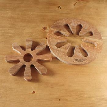 かわいい形にくり抜かれた鍋敷き。そしてくり抜いた方も鍋敷きに!?個別に使ってもいいし、組み合わせて一枚にして使ってもいい。耐久性のあるオーク材で作られていて、熱に強いのがポイント。